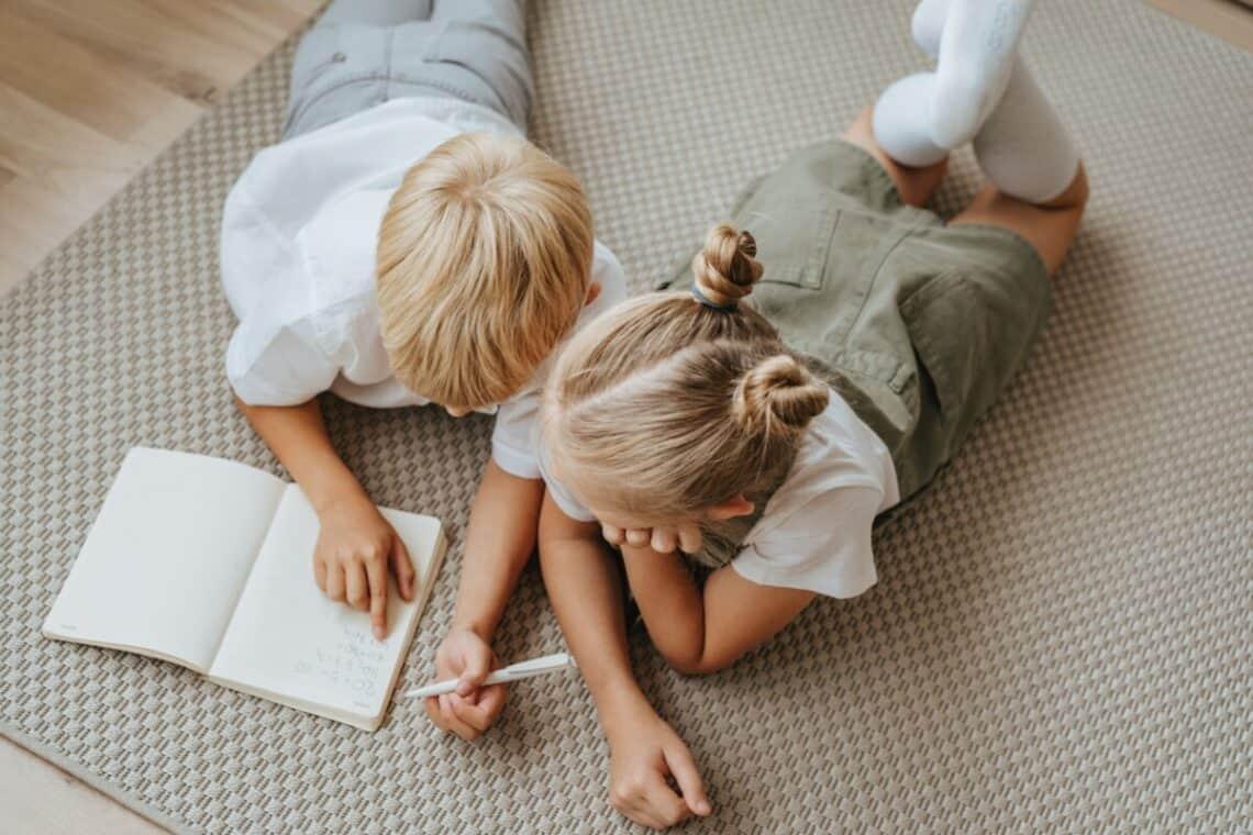 otrok piše